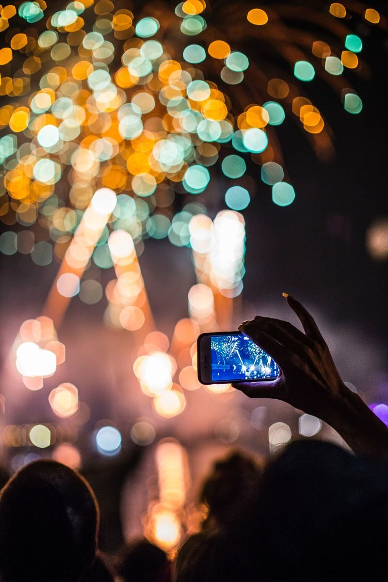 Taking a photo of fireworks on a smartphone